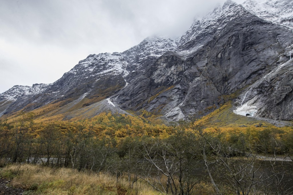 Beboere ved fjellpartiet Veslemannen i Møre og Romsdal har nok en gang måttet evakuere som følge av store bevegelser i fjellet. Farenivået forblir rødt. Foto: Terje Bendiksby / NTB scanpix