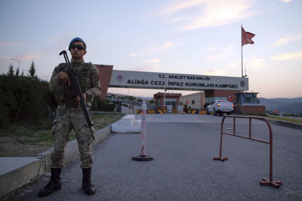 En tyrkisk soldat utenfor rettsbygningen i Izmir før Brunson ankom rettsmøtet fredag. Foto: Emrah Gurel / AP / NTB scanpix