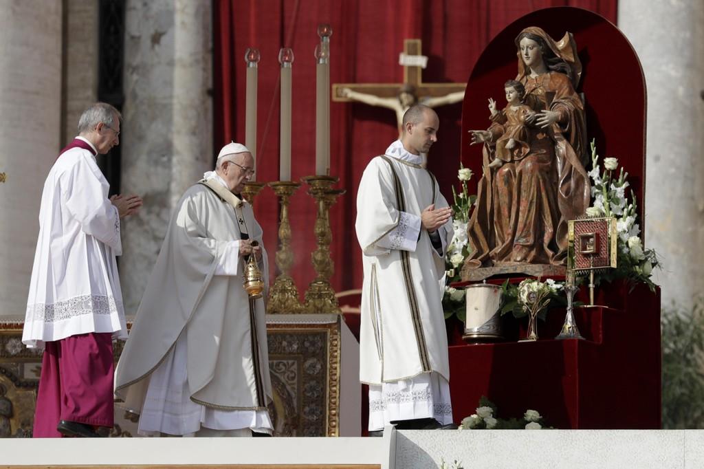 Pave Frans (i midten) under seremonien i på Petersplassen i Roma hvor de nye helgene ble utnevnt. Foto: Andrew Medichini / AP / NTB scanpix