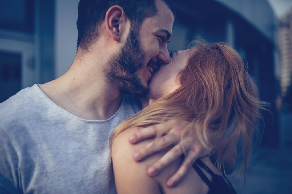 FORELSKELSE: En godt etablert myte når det gjelder kjærlighet og dating, er at det er kvinner som får følelser først. Det stemmer ikke, sier Helen Fisher, som omtales som verdens fremste ekspert på kjærlighet.