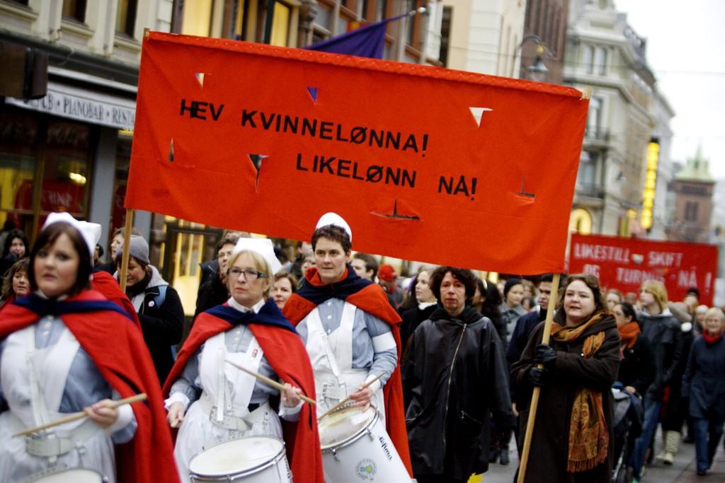Onsdag arrangeres det likelønnsaksjoner i regi av fagbevegelsen en rekke steder i Norge for å markere at norske kvinner fra omtrent på denne tiden jobber gratis ut året. Illustrasjonsfoto: Kvinnedagen 8. mars 2008.