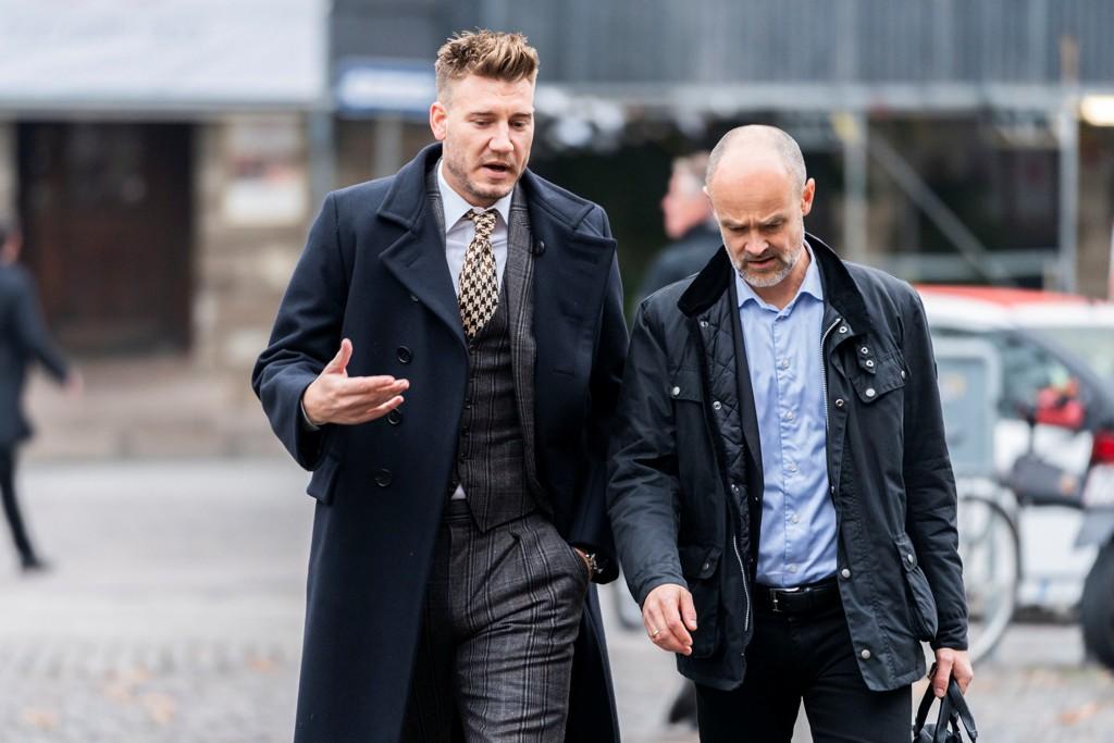 RETTSAK: Nicklas Bendtner og hans advokat Anders Nemeth på vei til rettslokalene i København på fredag.