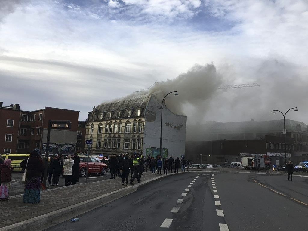 The town house was a full lighthouse in central Fredrikstad on Saturday and more evacuated. The fire brigade finally got a fire resistance and did not report any personal injury. Photo: Police / NTB scanpix