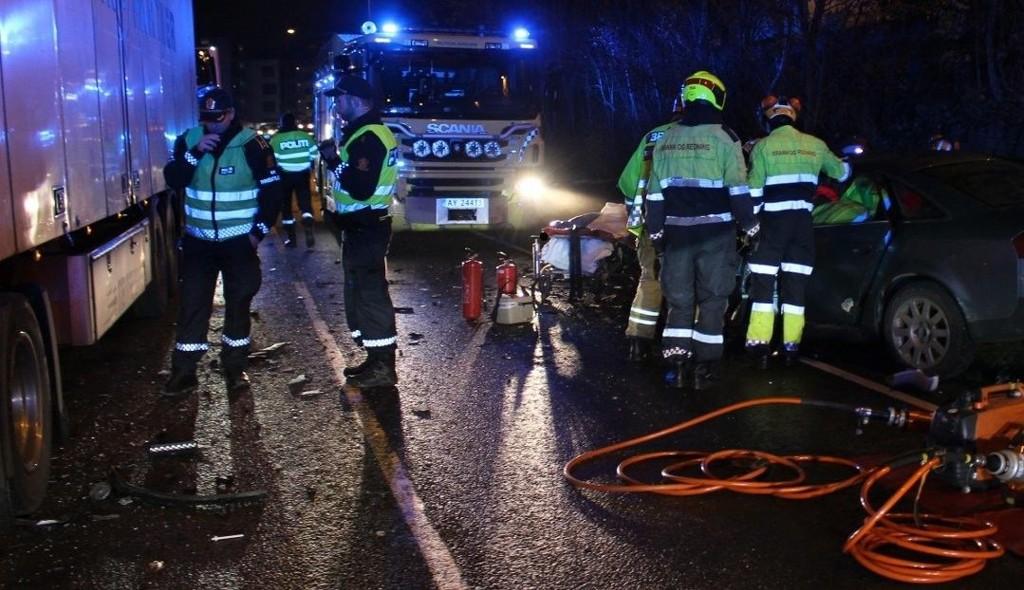 MØTEULYKKE: Føreren av personbilen er fraktet til sykehus etter ulykken i Lillestrøm tirsdag morgen. Også på E6 i Rygge var det ulykker.