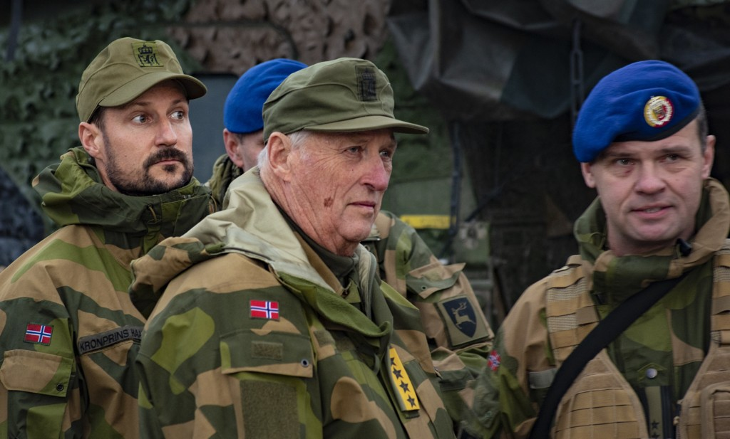 King Harald and Prince Haakon visit the Northern North Argeleribatalion at Trident Juncture. The four stars in the outfit show that they have the overall rank. Photo: Thorbjørn Liell / NTB scanpix