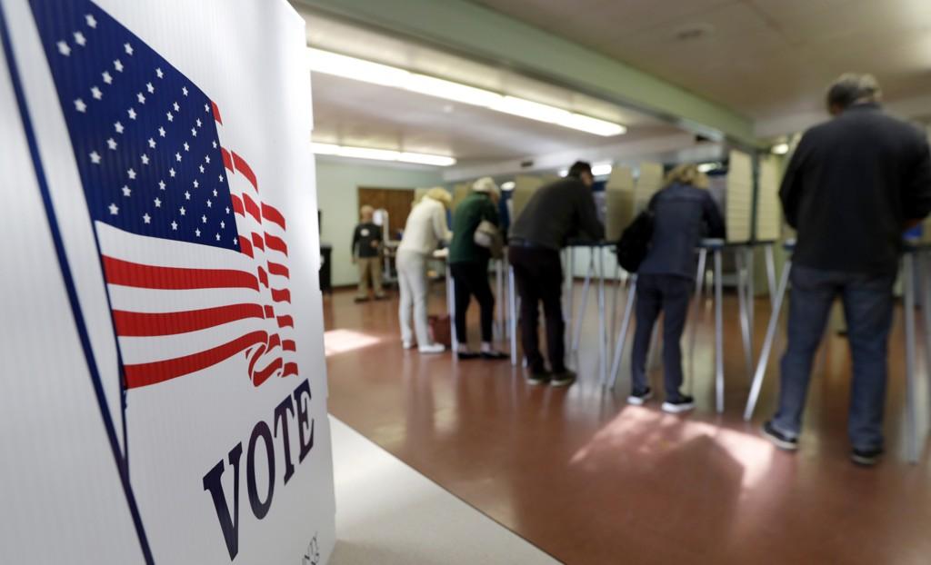 Velgere stemmer i Gates Mills i Ohio tirsdag. Foto: Tony Dejak / AP / NTB scanpix