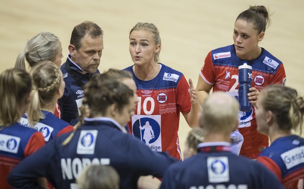 FØRSTE GANG PÅ 20 ÅR: Håndballjentene stiller for første gang siden 1998 med en mesterskapstropp uten en Larvik-spiller.