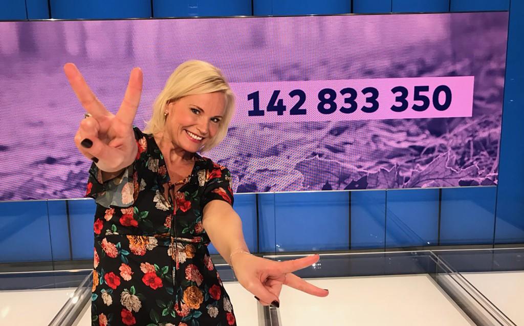 TO VINNERE: Programleder for Vikinglotto, Ingeborg Myhre, kunne onsdag dele ut førstepremien til to personer.