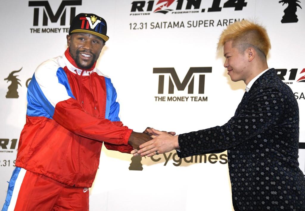 Floyd Mayweather (venstre) hilser på Tenshin Nasukawa under en pressekonferanse hvor det ble offentliggjort en kamp mellom duoen. Kampen ble raskt avlyst. Foto: Katsuya Miyagawa / Kyodo News via AP / NTB scanpix