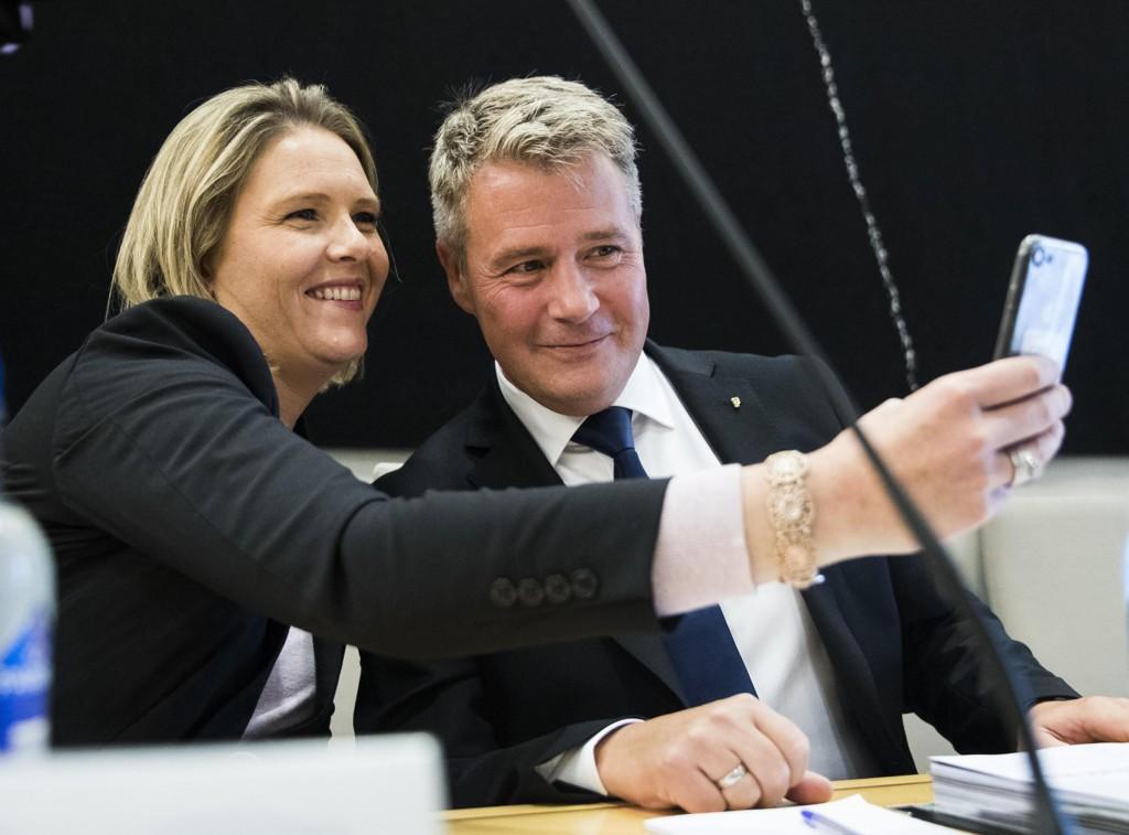 SLÅR ALARM: Tidligere justis- og beredskapsminister Per-Willy Amundsen (t.h.), som her blir fotografert av Frp-kollega Sylvi Listhaug, reagerer på at somaliske flyktninger sender penger hjem.
