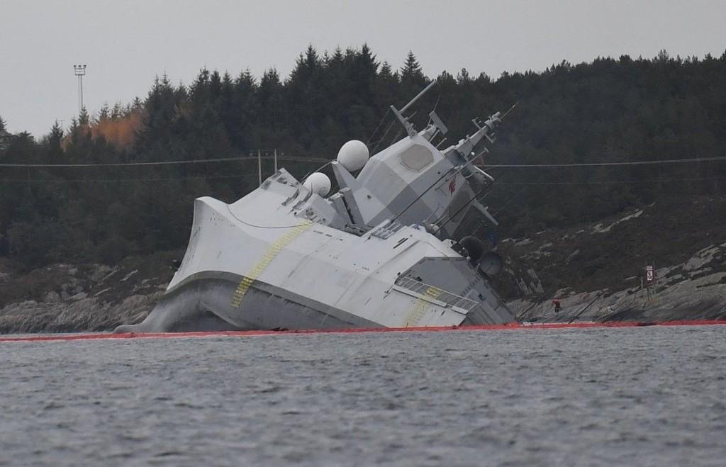 KANTRET: Fregatten veltet over på siden og ble liggende i fjæra.