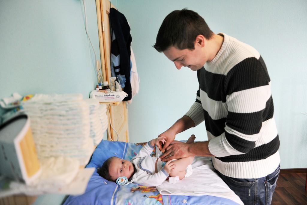 Man har kommet frem til at det er riktig, i likestillingens navn, å tvinge far til å være 15 uker med barnet ettersom det vil føre til «en omsorgsfull og tilstedeværende far».