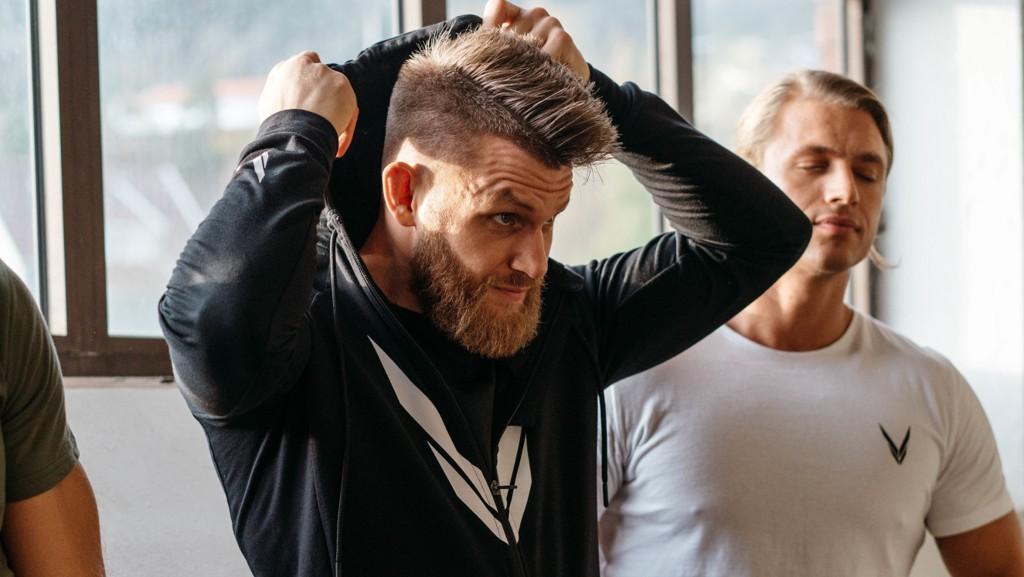 UTE MED SKADE: Emil Meek er ute med skulderskade etter møtet med Bartosz Fabinski i Hamburg. Nå sikter nordmannen seg inn på en UFC-retur til våren.