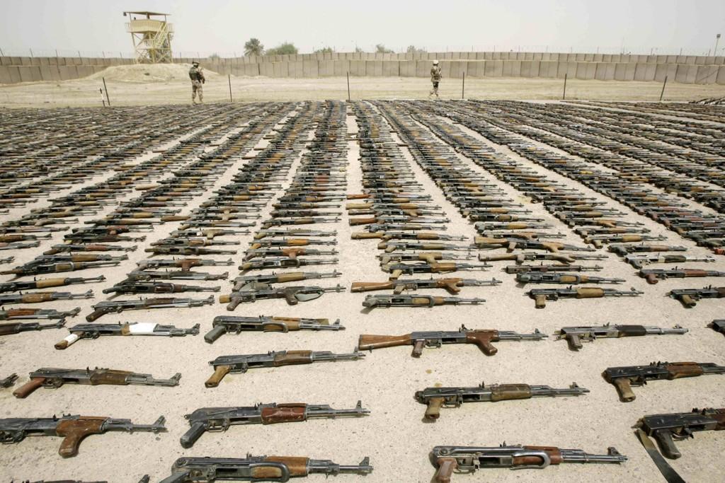 Den irakiske hæren viser fram våpen som er beslaglagt i operasjoner mot militante grupper i Bagdad i sommer. Foto: AP / NTB scanpix