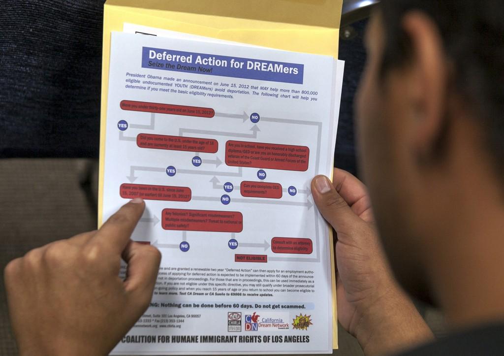 Arkivbilde fra 2015 viser en immigrant som leser en guide for hvordan søke om det såkalte DACA-programmet. Foto: AP / NTB scanpix