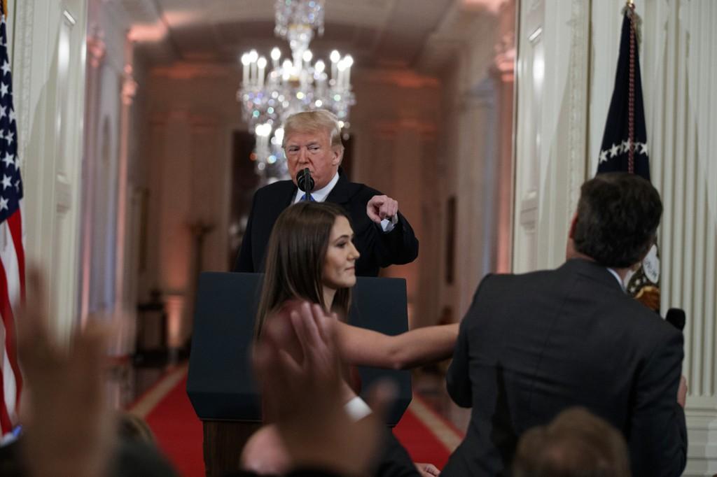 Denne situasjonen blir av Det hvite hus framstilt som om CNN-reporter Jim Acosta går til håndgripeligheter mot en praktikant. Hun forsøker å ta mikrofonen, han holder fast på den. Foto: AP/NTB scanpix