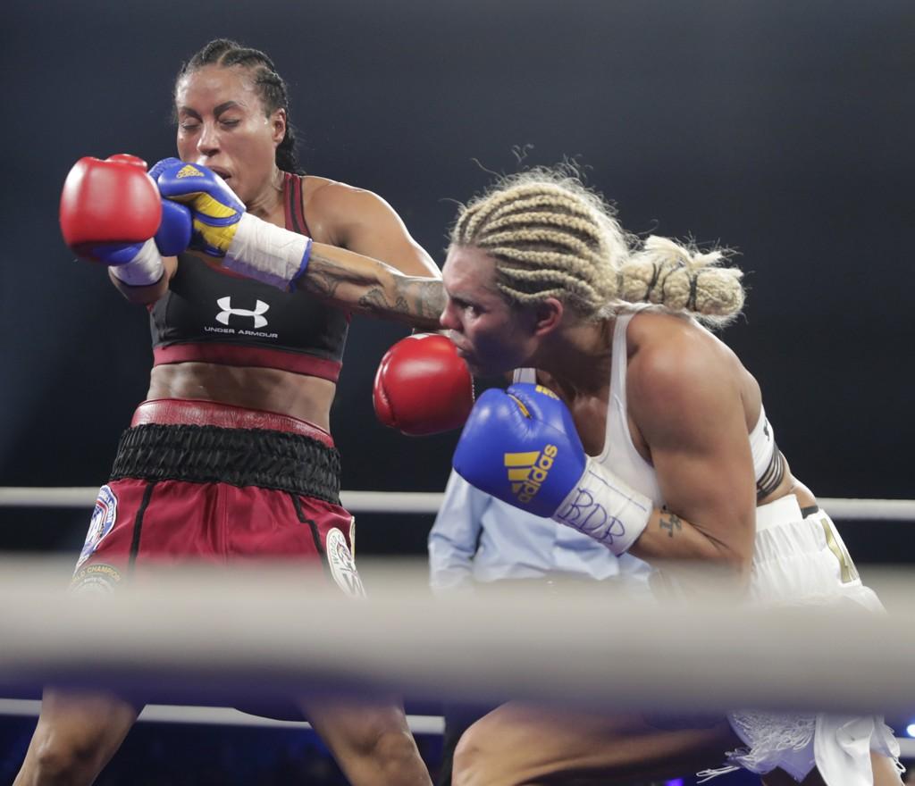 Mikaela Laurén langer ut mot Cecilia Brækhus' valg av motstander i sin neste USA-kamp. Her fra kampen mellom de to i fjor høst. Foto: Lise Åserud / NTB scanpix