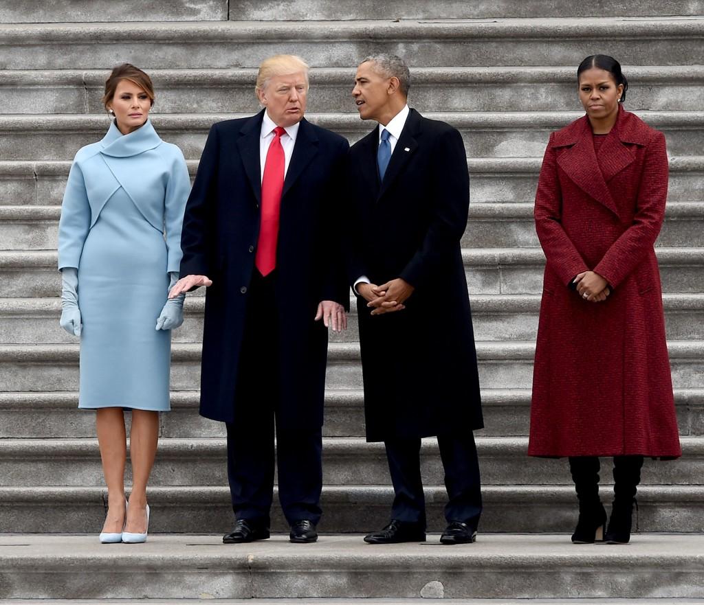 REAGERTE MED SJOKK: I en bok som kommer ut til uken, skriver tidligere førstedame Michelle Obama at hun reagerte med sjokk da Donald Trump ble valgt il president. Dette bildet er fra da Trump ble innsatt som president i januar i fjor. Foto: Scanpix