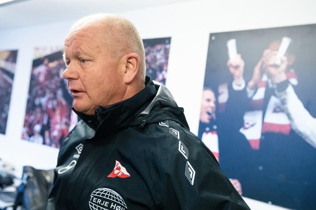 Fredrikstad-trener Per-Mathias Høgmo forbereder seg til helgens skjebnekamp i opprykkskvalifiseringen. I den økonomiske ligaen har klubben havnet i rød kategori som en av bare seks klubber på nivå tre i norsk fotball. Foto: Audun Braastad / NTB scanpix