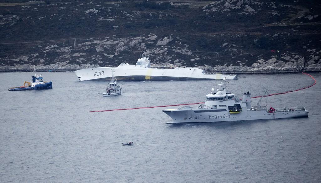 Den norske fregatten «KNM Helge Ingstad» som kolliderte med tankskipet «Sola» nær Stureterminalen i Øygarden. Foto: Jan Kåre Ness / NTB scanpix