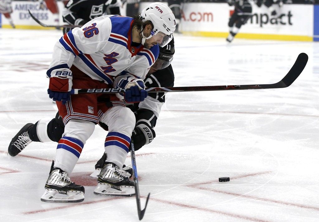 Mats Zuccarello (i hvitt) får en kamppause i NHL på grunn av skade. Foto: Alex Gallardo, AP / NTB scanpix