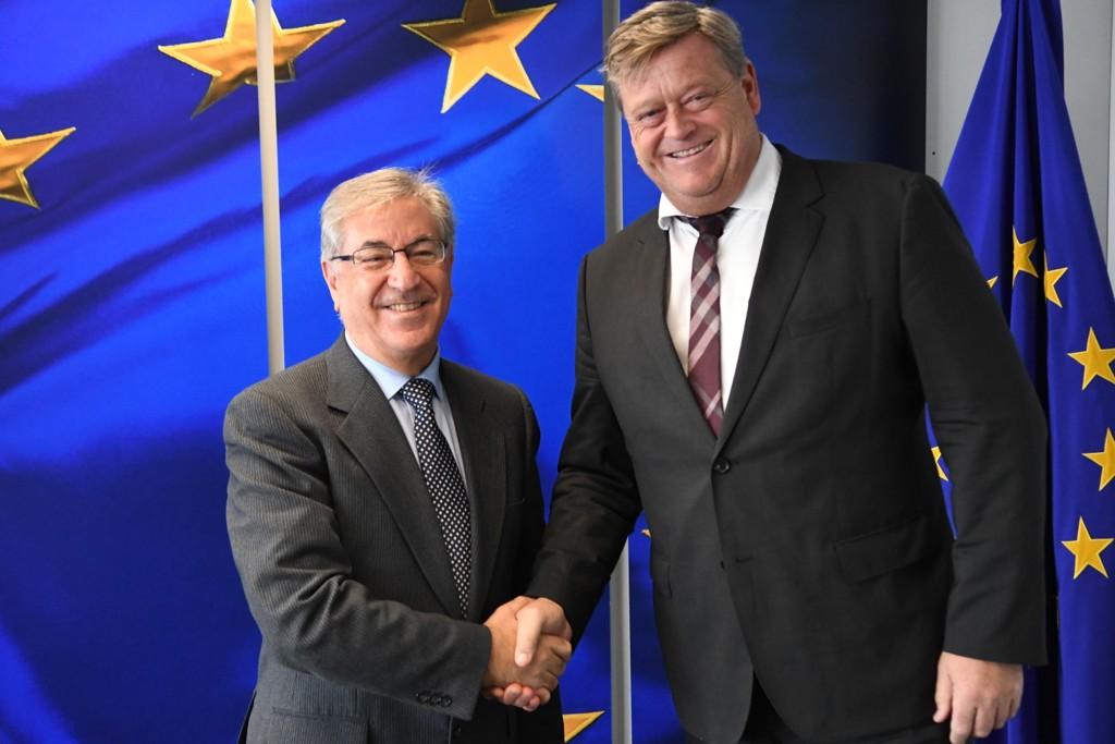 Fiskeriminister Harald T. Nesvik (til høyre) var fredag på besøk i Brussel, der han møtte EUs fiskerikommissær Karmenu Vella (til venstre). Foto: Johan Falnes / NTB scanpix