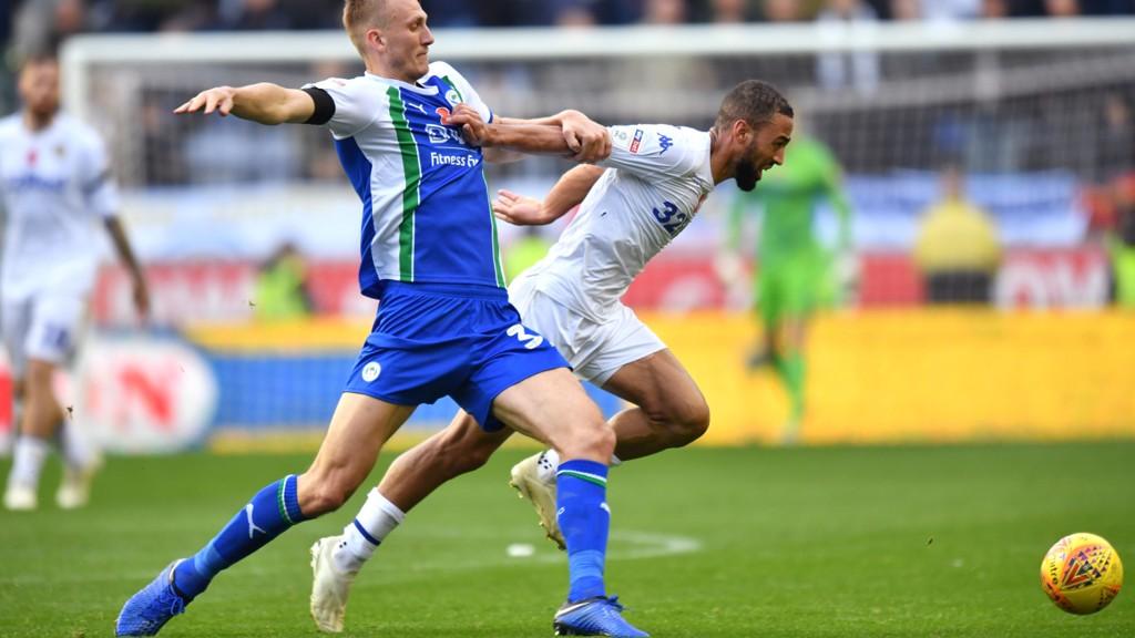 Kemar Roofe (i hvit drakt) scoret seiersmålet for Leeds borte mot Wigan søndag. Lørdag venter en tøff bortekamp mot West Bromwich.
