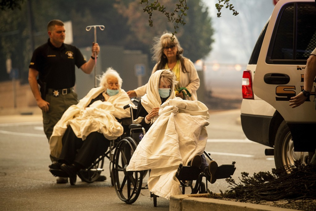 Pasienter blir evakuert fra et sykehus i Paradise. Foto: Noah Berger / AP / NTB scanpix