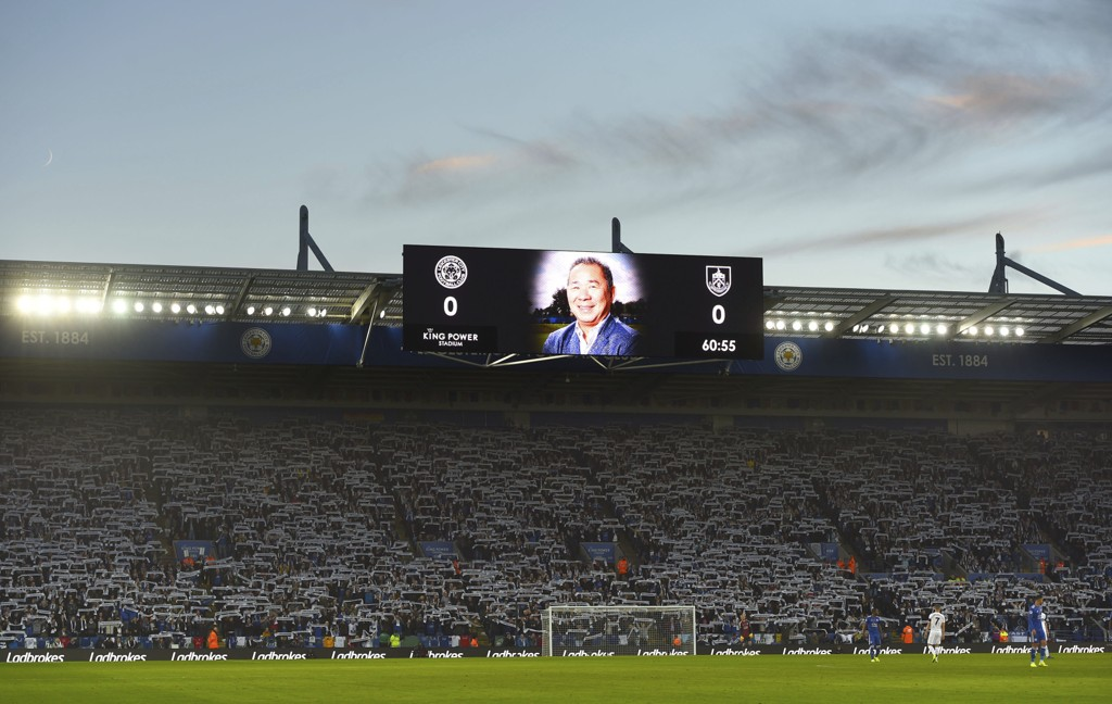 Leicesters avdøde klubbeier Vichai Srivaddhanaprabha ble hedret før Leicesters hjemmekamp mot Burnley. Foto: Joe Giddens / PA via AP / NTB scanpix