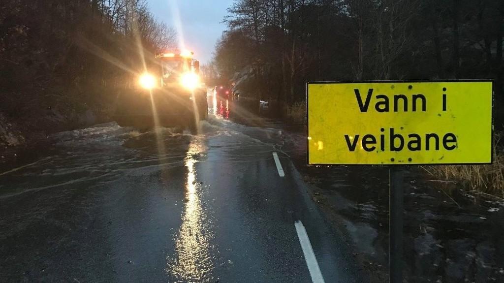 Ekstreme mengder vann sperrer veien ved Langekil på Vesterøy. Biler fraktes over med lastebil. Foto: Elisabeth Skovly / Fredrikstad Blad