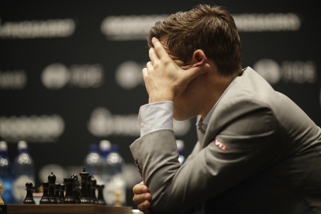 Magnus Carlsen spilte remis for tredje gang i VM-kampen mot Fabiano Caruana i London. Foto: Matt Dunham / AP / NTB scanpix