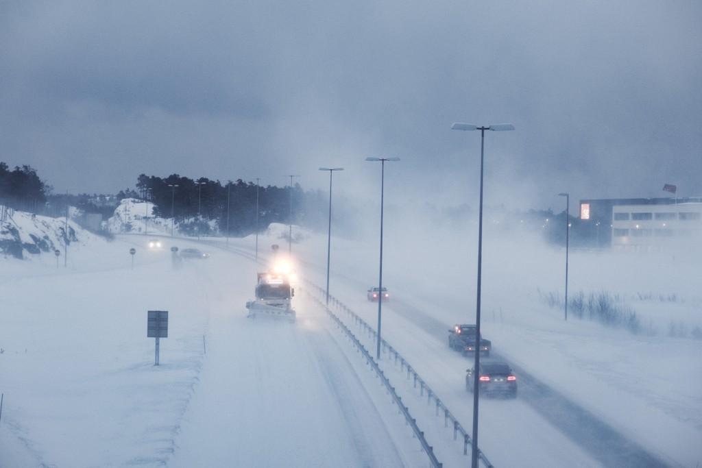 VENTER REPRISE: Meteorolog Frode Håvik Korneliussen vurderer langtidsprognosene og tror vi kan få en gjentakelse fra sist vinter med en lang og kald periode på nyåret. Bildet viser snøvær på E18 mellom Lillesand og Kristiansand i februar.
