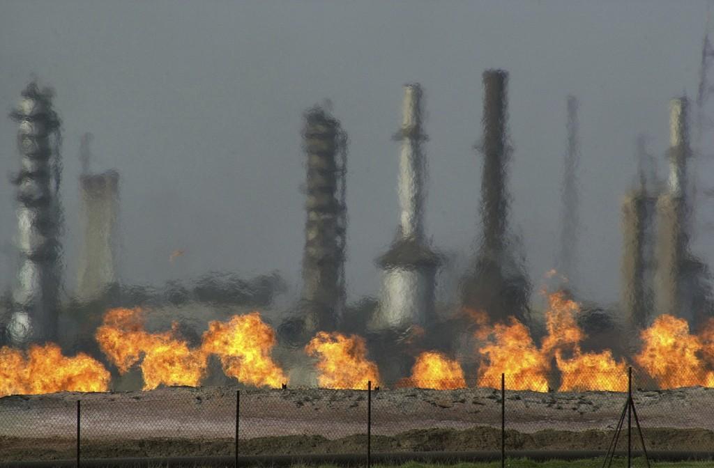 Iraks eldste oljeraffineri i den nordirakiske byen Baba Gur utenfor Kirkuk. Irakiske myndigheter sier fredag at landet vil begynne å eksportere olje fra området igjen etter stans grunnet konflikt med kurdiske selvstyremyndigheter. Foto: AP / NTB scanpix.