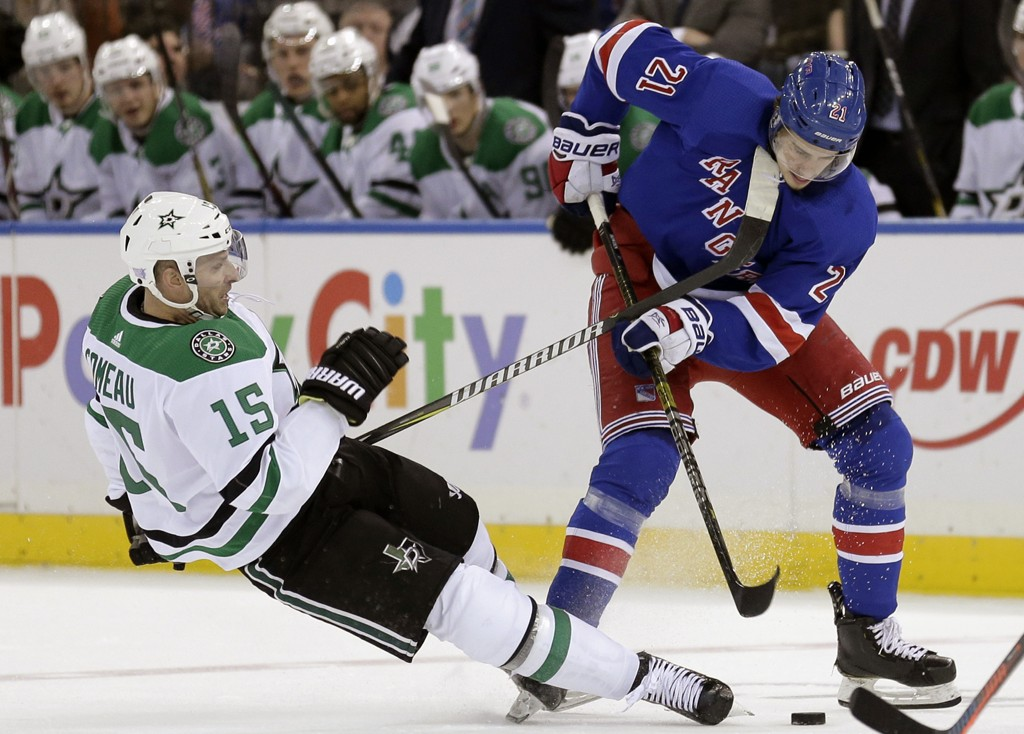 Mats Zuccarello must pay attention to his teammates who are fighting for ice from the stands. Nordmann suffered a lung injury. This is New York Rangers player Brett Howden (right) Dallas Stars player Blake Comeau on ice. Photo: Seth Wenig / AP / NTB scanpix