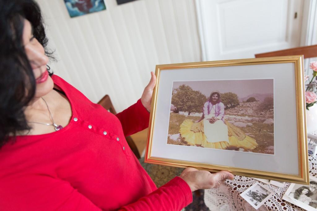 Lily med foto av seg selv som ung i Iran.