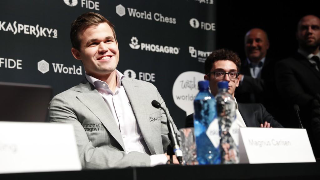 BREDT GLIS: Magnus Carlsen kunne smile etter VM-seieren mot Fabiano Caruana.