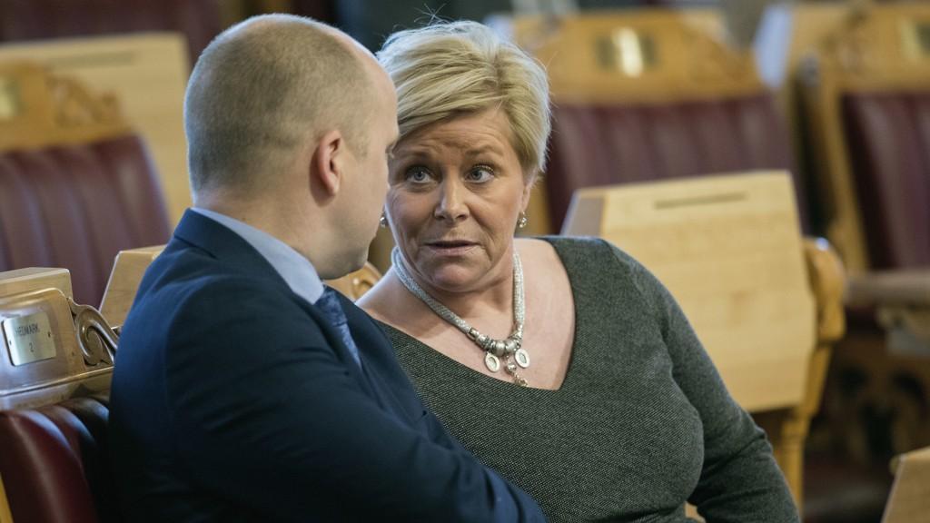 AVGIFTSSTRID: Senterpartiets leder Trygve Slagsvold Vedum mener finansminister Siv Jensen (Frp) har norgesrekord i avgiftsøkninger. Her snakker de sammen i Stortinget tidligere i år.