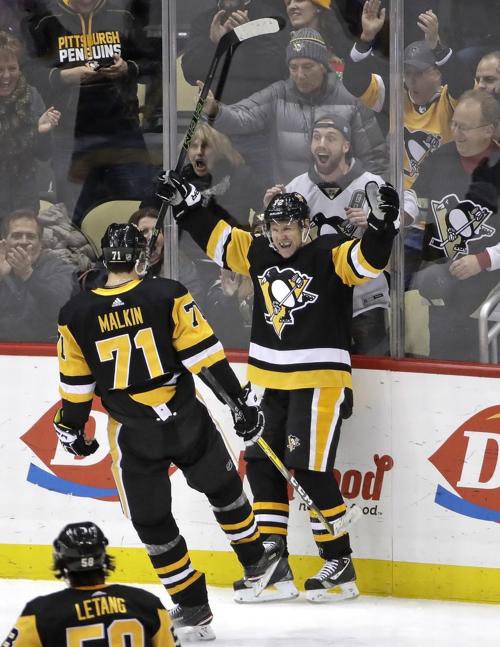 Pittsburgh Penguins Patric Hörnqvist (72) julbler sammen med Jevgenij Malkin (71) etter sitt rekordraske hattrick. Foto: Gene J. Puskar / AP / NTB scanpix