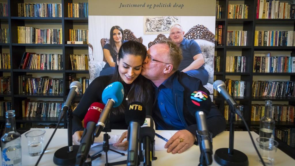 Per Sandberg og Bahareh Letnes sitt boksalg har gått sakte, ifølge to av landets største bokhandlere. Her er paret under boklansering i oktober.