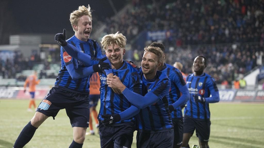 TOK LEDELSEN: Stabæk feirer Tobias Børkeeiets 1-0-mål.