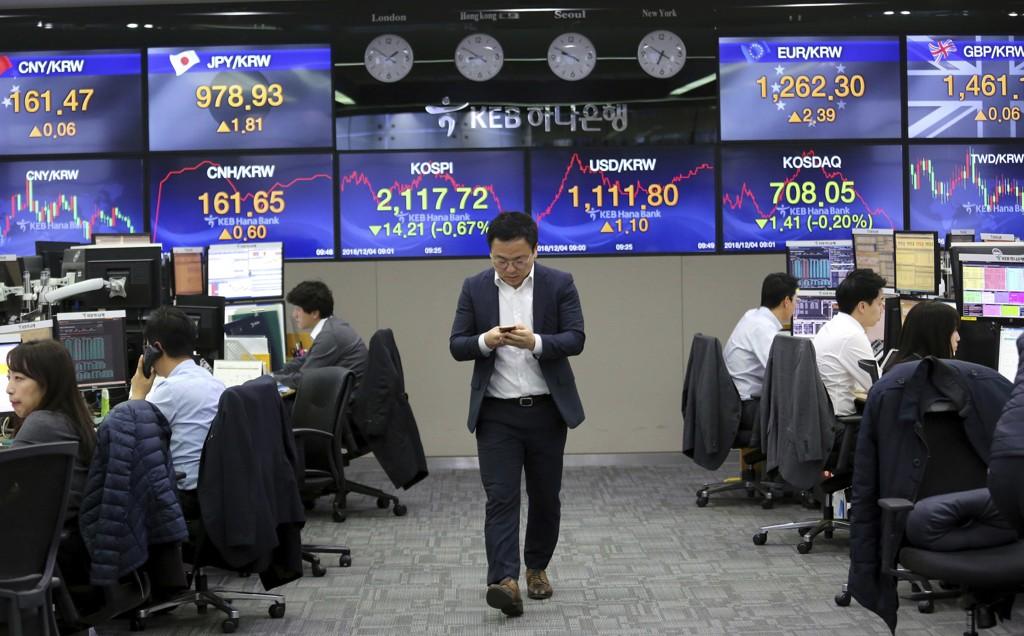 Asiatiske børser falt kraftig etter åpning torsdag. Pågripelsen i Canada av Huaweis finansdirektør gjør fallet brattere. Illustrasjonsfoto: Valutahandlere i en koreansk bank.