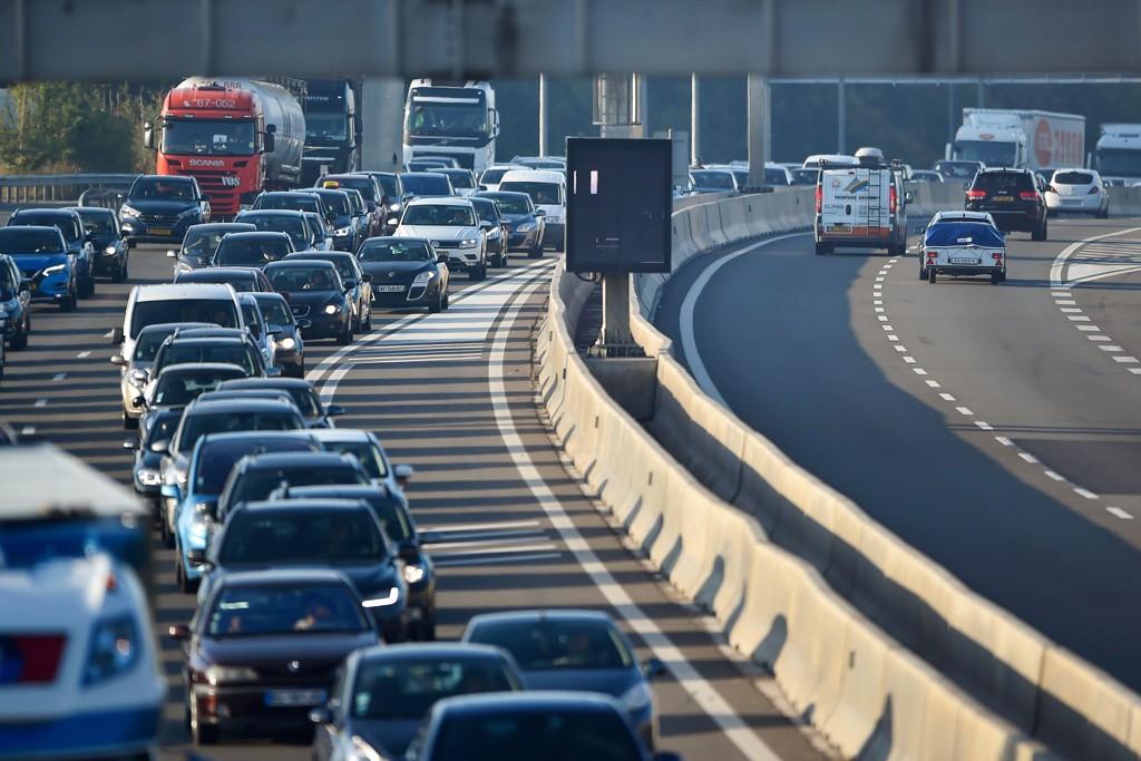 Den nye koalisjonsregjeringen i Luxembourg ønsker å få bukt med trafikkopphoping i landet, og vil dermed innføre gratis kollektivtilbud. Bildet viser pendlere på grensen mellom Luxembourg og Frankrike.