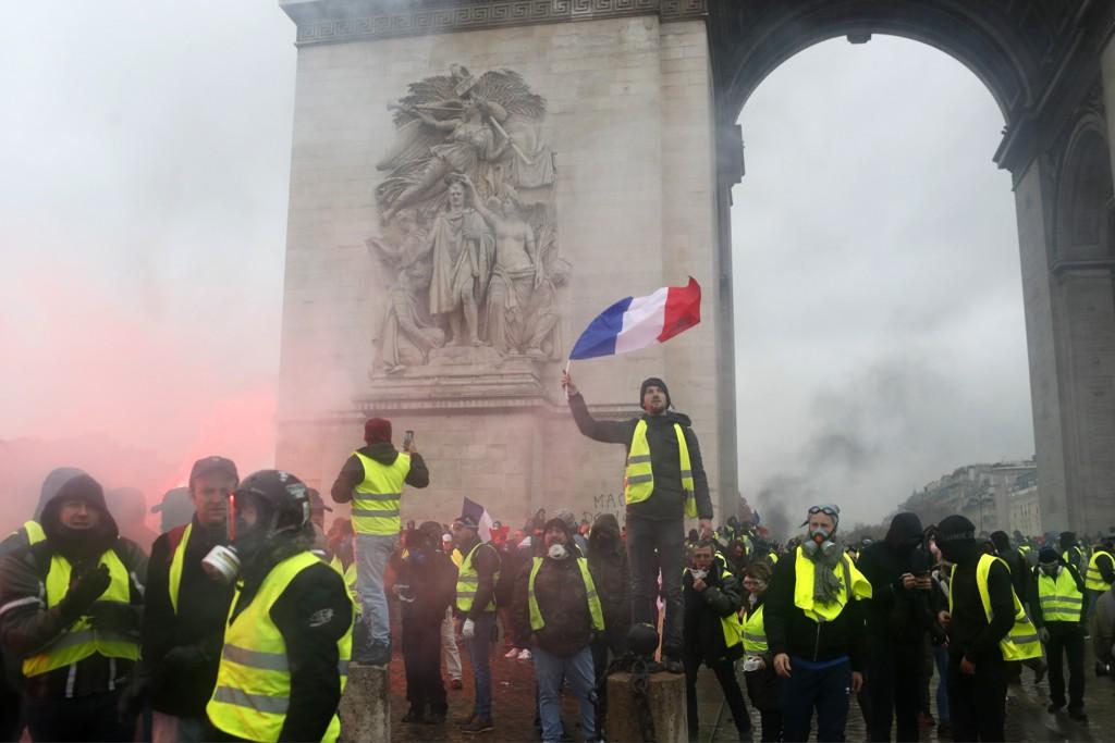 FOLK FLEST: Representert ved de gule vestene. President Macron har alvorlige problemer. Foto: AP / NTB scanpix