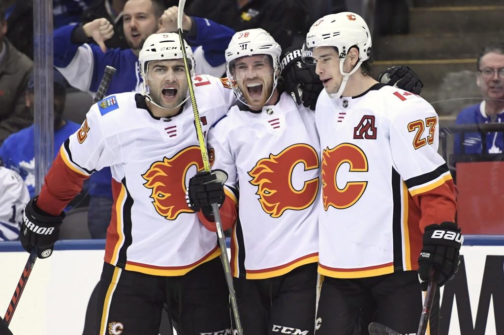 Calgary Flames-center Elias Lindholm (28) feirer scoringen sin mot Toronto tidligere denne sesongen sammen med Mark Giordano (5) og Sean Monahan (23).
