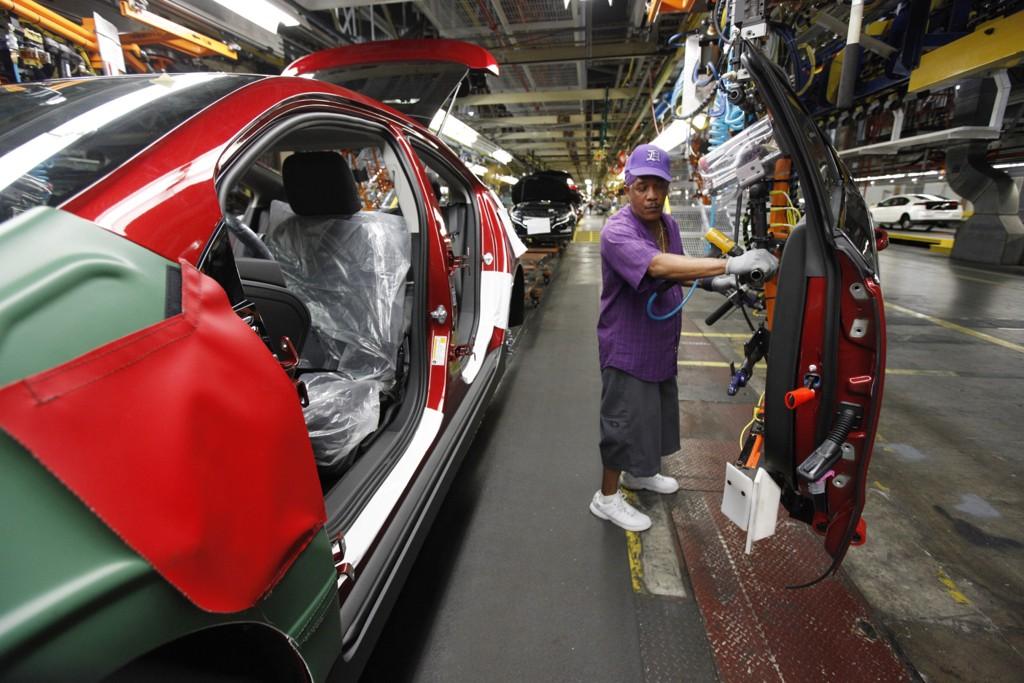 En arbeider i sving på en General Motors-fabrikk i delstaten Michigan. Illustrasjonsfoto: Paul Sancya / AP / NTB scanpix