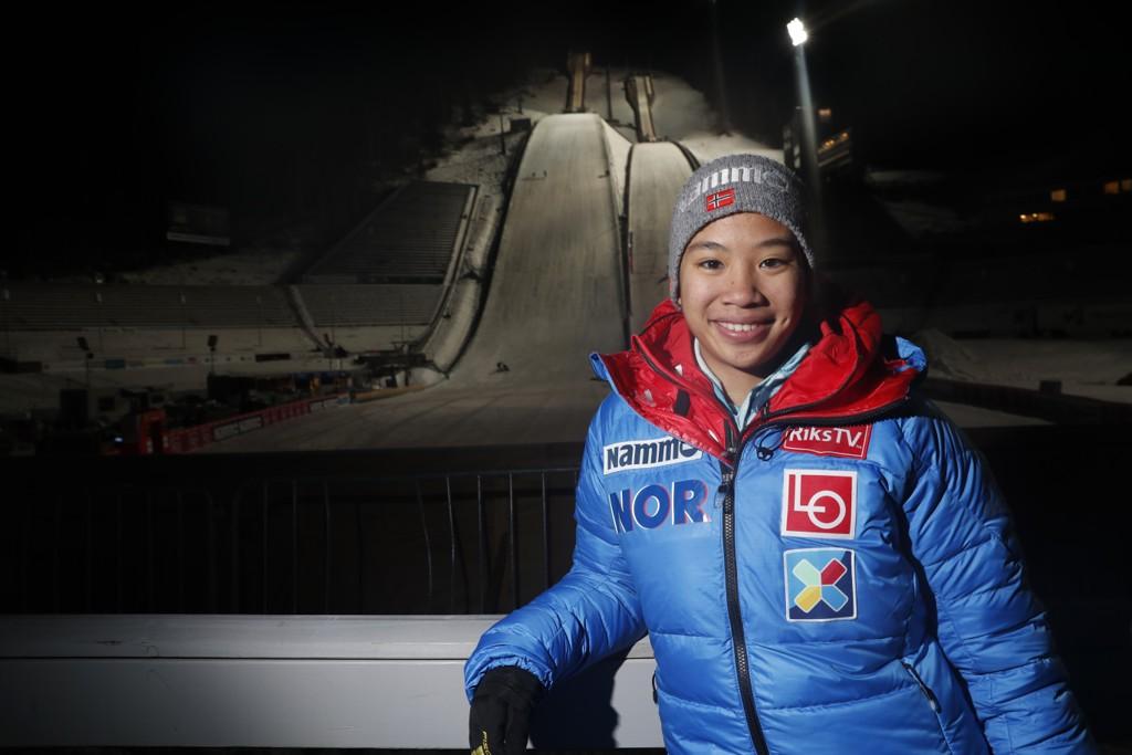 Thea Sofie Kleven falt stygt i den store bakken på Lillehammer, men slapp unna med strekk i leggen. Foto: Terje Bendiksby / NTB scanpix
