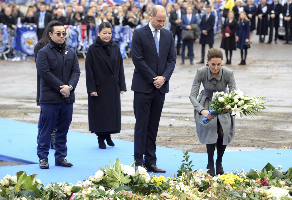Prins William og Kate deltok i seremonien for Leicester-eier Vichai Srivaddhanaprabha. Kona, Aimon Srivaddhanaprabha og sønnen Aiyawatt står bak. Foto: Rui Vieira / AP / NTB scanpix