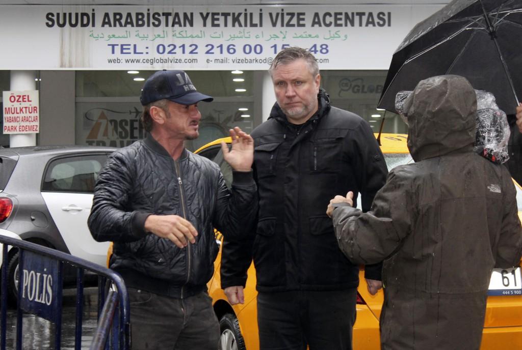 Den amerikanske skuespilleren og filmskaperen Sean Penn avbildet ved Saudi-Arabias konsulat i Istanbul onsdag 5. desember. Foto: AP / NTB scanpix.