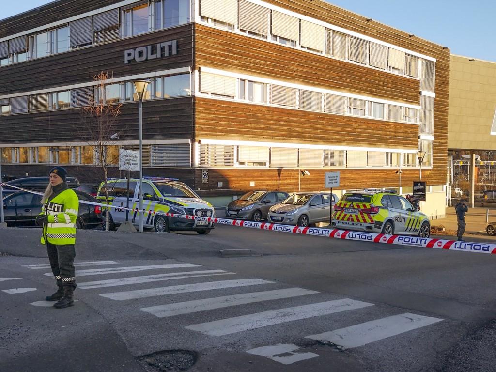 Politihuset i Ski ble evakuert etter funnet av bomben. Foto: Freddie Larsen / NTB scanpix