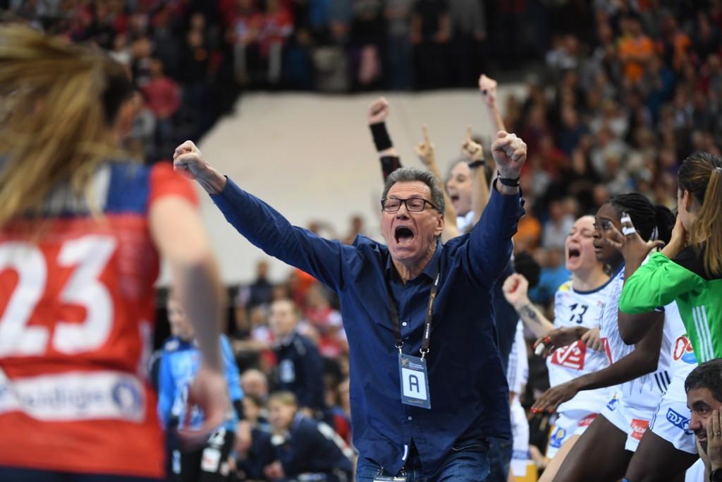 Frankrikes trener Olivier Krumbholz kunne juble etter VM-finalen i fjor og også for seier over Danmark i EM torsdag. Foto: Henrik Montgomery/TT / NTB scanpix